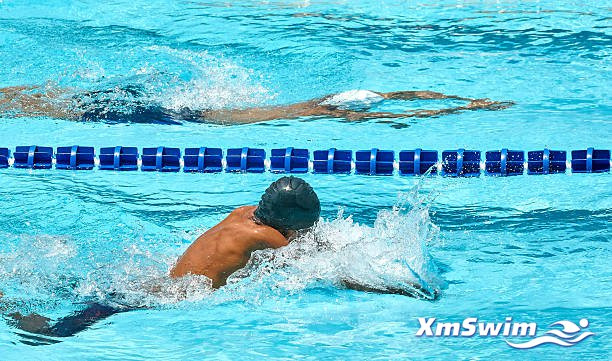 young-swimmers-competing-in-races-picture-id591945020.jpg